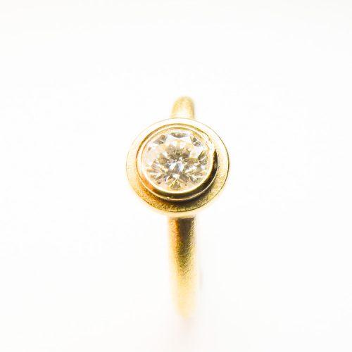 schmuckwerkstatt-freiburg-goldschmiede-goldring-mit-diamant-1